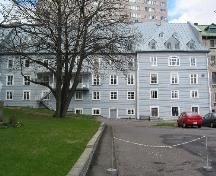 Exterior view of Hôtel-Dieu de Québec, showing the monastery garden and a lateral 19th-century addition, 2004.; Parks Canada Agency/ Agence Parks Canada, Michel Pelletier, 2004.