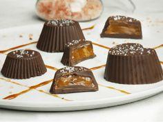 Λαχταριστά σοκολατάκια με καραμέλα βουτύρου (5 υλικά) Truffles, Chocolate Cake, Panna Cotta, Deserts, Food And Drink, Diy And Crafts, Ice Cream, Pudding, Sweets