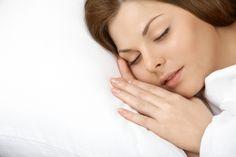 Confira algumas posições de dormir que afetam diretamente a pele.