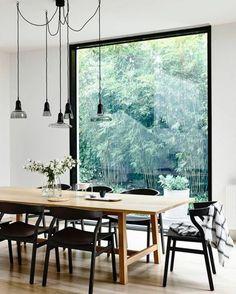 decoracion de salones, comedor con mesa de madera clara, sillas negras, ventanal, lámparas colgantes, suelo laminado