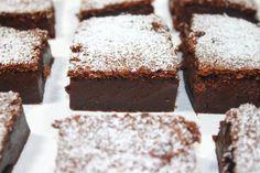 Der Schoko-Puddingkuchen, ist in seiner Konsistenz fest wie ein Kuchen, aber schmeckt wie ein Pudding. Mit diesem Rezept, kann man in Zukunft seinen Pudding auf die Hand nehmen.