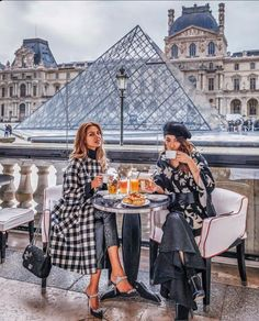 The 8 Style Mistakes Parisian Women Never Make - Joanna Rahier - The 8 Style Mistakes Parisian Women Never Make 7 Chic Ways To Dress Like a French Women. How to style your clothing to achieve the classic Parisian chic look - Paris Outfits, Mode Outfits, Fashion Outfits, Style Fashion, Chic Outfits, Fashion Trends, Paris Pictures, Paris Photos, Travel Pictures