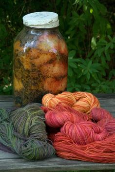 Riihivilla, Dyeing with natural dyes: Dyeing with rhubarb Värjäystä raparperilla