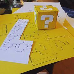 mario coin boxes from yellow and white card stock Super Mario Bros, Super Mario Birthday, Mario Birthday Party, Super Mario Party, Boy Birthday, Mario Kart, Mario E Luigi, Arcade Retro, Mario Crafts