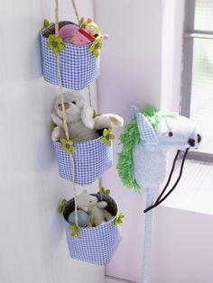 cestas-organizadoras cute fabric covered hanging storage baskets for organization of toys or whatever Baby Crafts, Diy And Crafts, Crafts For Kids, Hanging Storage, Diy Hanging, Hanging Baskets, Sewing Crafts, Sewing Projects, Diy Organisation