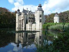 Château de Borrekens, Vorselaar, Belgique. Un premier château entouré de douves est construit sur le site, entre le XIIe et le XIVe siècle, afin de protéger la route Anvers-Cologne (Escaut-Rhin), par la famille van Rotselaar. Racheté par Jan-Baptist Proost en 1663, il est fortement remanié pour être mis au goût du jour. Son aspect néo-gothique actuel est l'œuvre de la famille van de Werve, entre 1850 et 1860.