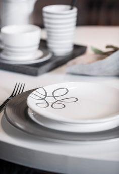 Für Abwechslung am Tisch beim Design Pur Geflammt Grau sorgt Variation Grau - handgefertigt seit 1492