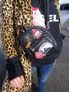 Streetstyle-Look mit Hoodie, Mini-Rucksack mit Patches und Jacke mit Leopardenmuster - tabsstyle