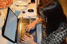 Anabel preparando un post para nuestro blog antes de cenar y que mañana podrás ver publicado, será sobre el nuevo SKYPE. http://blog.carlossanin.com