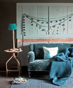 Linten vol kerstjuwelen | vtwonen  #interior #holidays #christmas #stars #blue #decoration styling @Cleo Henderson Scheulderman