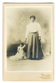 "The small woman is Harriet Elizabeth Thompson, who appeared under the stage name ""Princess Wee Wee."" Do you think the tall woman may possibly be Mme Abomah,""The African Giantess,"" as a young woman?  http://kentakepage.com/mme-abomah-the-african-giantess-who-was-once-the-tallest-woman-in-the-world/"