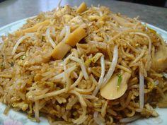 Aeropuerto es un plato de la comida chifa que mezcla el arroz chaufa, el tallarín chino y el frejolito chino, entre otros ingredientes