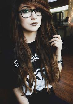 Glasses Cute Emo Girls, Hot Goth Girls, Hipster Girls, Dark Green Hair, Dark Hair, Girls With Red Hair, Girls With Glasses, Stylish Girls Photos, Girl Photos