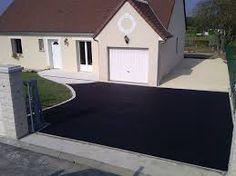 Cour en enrobé noir avec un accès garage en pavage. | Cours ...