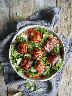 Altså dette er bare så digg! Ris og grønnsaker toppet med laks marinert i en herlig asiatisk marinade og servert med en ingefærdressing. En litt annerledes fiskemiddag. Tex Mex, Sugar And Spice, Kung Pao Chicken, Dream Life, Cobb Salad, Nom Nom, Seafood, Spices, Dinner