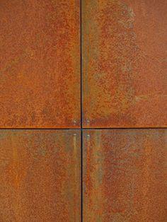 Toni caldi aranciati del Corten al naturale.  Particolare di un rivestimento a parete.