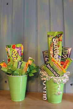 62 Inexpensive Bridal Shower Gifts Ideas You Never Think - VIs-Wed Candy Boquets, Candy Bouquet Diy, Diy Bouquet, Bouquets, Baby Outfits, Candy Crafts, Diy Crafts, Inexpensive Bridal Shower Gifts, Bridal Shower Games Prizes
