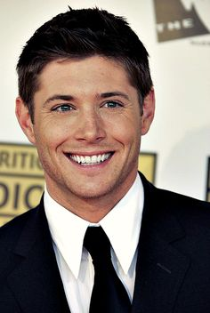 Jensen red carpet #CriticsChoice2006 <--- how are his teeth SO white? like I bet they could light up a dark room or help you find your way if you ever got lost in a dark cave for some reason