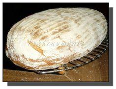 Tento chleba příjemně (ne razantně) voní osmaženou cibulkou, má křupavou kůrku a velice pružnou střídu, plnou větších ok a tečkovanou hnědými kousky cibule. Pokud někomu smažená cibulka nevoní, určitě ji vynechejte a do těsta přidejte jen lžíci oleje (popř. místo cibule na oleji osmahněte 2-3 krájené stroužky česneku a upečete tentýž chléb, ale česnekový). ♥… Camembert Cheese, Dairy, Bread, Food, Meal, Essen, Breads, Buns, Sandwich Loaf
