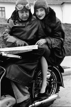 4Bukarest.Im Motorrad, Mann zeigt Frau die Landkarte