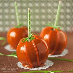Cinnamon Caramel Apples that look like pumpkins. Be still our autumn-loving hearts!