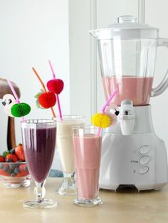 Blender and banana strawberry and blueberry mango smoothies healthy fresh fruit vegetarian editorial food Healthy Cat Treats, Healthy Meals For Kids, Healthy Fruits, Easy Healthy Dinners, Healthy Baking, Healthy Drinks, Healthy Snacks, Blueberry Mango Smoothie, Mango Smoothie Healthy