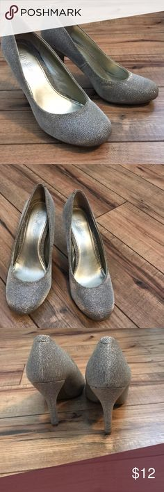"""Kelly & Katie gold heels Gold sparkle heels! These are adorable on.   Re-posh from another posher. I wore them once on a trip to Vegas!  Size 7.5  Here height: 3.5""""  Some wear as shown in photos. Thanks for looking! Kelly & Katie Shoes Heels"""