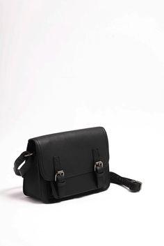 Κομψό τσαντάκι ώμου μαύρο, κλείνει με καπάκι (2 μαγνητικά κλιπ) και φερμουάρ.  Κλασικό σχέδιο, με ιδιαίτερο κούμπωμα. Τιμή 21,00€ Bags, Fashion, Purses, Fashion Styles, Totes, Lv Bags, Hand Bags, Fashion Illustrations, Bag
