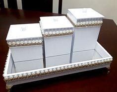 Kit bandeja com espelho decorada com pérolas e stras dourado Decorative Boxes, Home Decor, Decorative Mirrors, Washroom, Box, Embellishments, Craft, Baby Set, Decoration Home