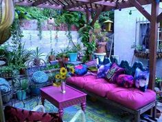 28 Absolutely dreamy Bohemian garden design ideas When decorating your outdoor space, a Bohemian garden theme is a popular look that can give your space some bright and playful aesthetics. Bohemian House, Bohemian Patio, Bohemian Decor, Bohemian Style, Boho Chic, Bohemian Garden Ideas, Shabby Chic, Hippie Garden, Boho Gypsy