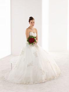 Melle Collins Ivoire/Argent Robe de mariage style princesse, décolleté cœur, buste effet corset en satin et grande jupe de tulle. La silhouette est incrustée de broderies perlées. Longue traine.  795 €