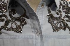 Uma camisa jeans é super versátil. Pode ser usada de várias maneiras: amarrada, solta, aberta, fechada. Além do mais, pode acompanhar calça, saia, shorts, ou até por cima de um vestido. Essa tem um bordado que a torna um pouco mais sofisticada e foge de uma simples camisa jeans. CAMISA LELE Ref.: 13.08.0085 Cor: jeans...