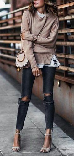 How to style a nude sweater : bag + white top + ripped jeans + heels ținute Womens Fashion Casual Summer, Casual Fall Outfits, Casual Winter, Classic Outfits, Jeans Heels, Looks Jeans, Ripped Jeans, Skinny Jeans, Denim Jeans