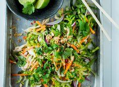 Denne friske vietnamesiskinspirerte kyllingsalaten kan fort bli en klassiker du har lyst til å lage igjen og igjen. Sterkt, syrlig, søtt og salt balanseres i dressingen med blant annet ingefær, chili og lime. De finsnittede grønnsakene gir massevis av krønsj, og kombinasjonen koriander og mynte gir ekstra smak og glede. Dette er det perfekte salatvalget når solen skinner, eller når du skulle ønske at den gjorde det. Spinach, Vegetables, Drinks, Food, Noodle Salads, Drinking, Beverages, Vegetable Recipes, Eten