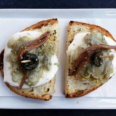 Canapé de mozzarella, alcaucil y anchoa