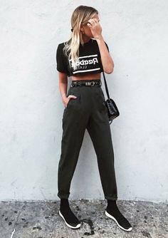 Musa do estilo: Danielle Bernstein. Top cropped podrinho preto, calça de alfaiataria cinza, cinto preto, tênis preto