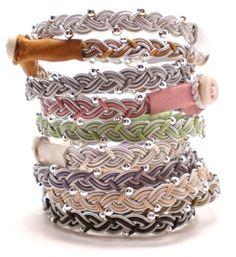 Underbara armband i ljuvliga färger från AC Design! Armbanden är tillverkade av tenntråd som innehåller 4% silver och är nickelfri, renskinn, lammnappa, renhornsknapp, läderrem och sterling 925 silver pärlor.