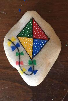 Mandala Painted Rocks, Painted Rocks Craft, Hand Painted Rocks, Rock Painting Patterns, Rock Painting Ideas Easy, Rock Painting Designs, Pebble Painting, Pebble Art, Stone Painting