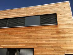 Holzfassade in Western Red Cedar mit 3 verschiedenen Breiten Wood Cladding, Western Red Cedar, Garage Doors, Outdoor Decor, Home Decor, Wood Facade, Wainscoting, Decoration Home, Log Siding