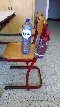 Slimme en goedkope oplossing van mijn duopartner :) En fles spa plat van 2 liter kan je mooi afsnijden en met 2 spanders aan de stoel van de kinderen bevestigen.  Zo kunnen ze tijdens de les drinken zonder dat de flesjes op de grond liggen.