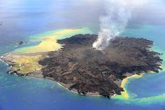Nishino-shima (Japón) Esta isla es uno de los lugares más jóvenes de la tierra, formada por la erupción de un volcán hace un año escasamente. Día a día, la isla sigue expandiéndose.