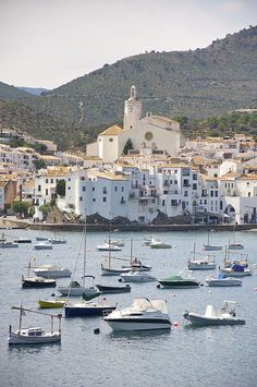 La ville de Cadaqués est riche de part ses activités mais également grâce à la beauté de ses paysages. Situé sur la Costa brava elle recèle de plages, criques, petits ports et lieux à visiter. Ca vaut le détour ! #Cadaquès #Spain