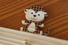 Produzido com madeira de reflorestamento e decorados com papéis coloridos, o…
