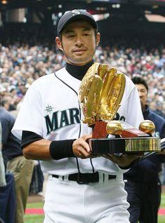 MARINERS ICHIRO SUZUKI WINS THE GOLD GLOVE IN THIS CLASSIC 8X10