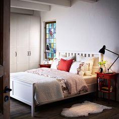 HEMNES lit teinté blanc et table de chevet rouge, avec ÅKERKULLA housse de couette et taies à fleurs