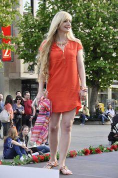 Gloria Janzen zeigte uns ein leichtes korallenrotes #Sommerkleid. Viel Sorgfallt zeigte Sie bei der Auswahl der Accessoires wie der goldfarbenen Schultertasche, passenden Armreifen und einer auffälligen Halskette. Die leichte Flip-Flop-Sandallete ist vielleicht einen Tick zu leger für ihren eleganten Gesamteindruck. #Reutlingen #LadiesDay #Shopping #Lady #Rot #Mode #Fashion #Style