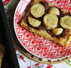 Receita fácil e com poucos ingredientes, pra fazer em casa rapidinho. A massa folhada é uma delícia e combina perfeitamente com o recheio de banana e nutella.