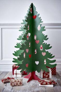 sapin de Noël original en carton coloré décoré de stickers