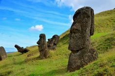 Moai are giant monolithic statues carved by Rapa Nui people are located along the hills of Rano Raruku, an extinct volcano on Easter island. Easter Island Moai, Easter Island Statues, Machu Picchu, Destinations, Mysterious Places, Parcs, Stonehenge, World Heritage Sites, Monuments