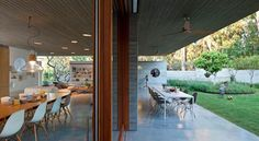 Casa de concreto aparente, com arquitetura atemporal que acompanha a declividade do terreno e valoriza a iluminação natural.